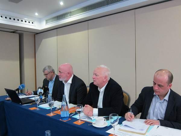 David O'Brien, director general comercial de Ryanair (segundo por la izquierda), en la rueda de prensa. | EP