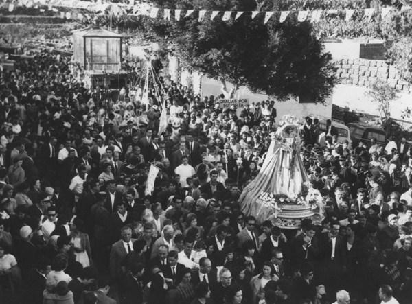 En la foto, la Virgen rodeada por miles de fieles hace su entrada en Candelaria por la calle Condes de Abona. /   CEDIDA POR MANOLO RAMOS
