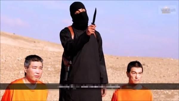 Los dos japoneses amenazados junto a un miembro del Estado Islámico amenazando con un cuchillo. | YOUTUBE