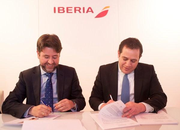 Carlos Alonso y Fernando Candela, durante la firma. / DA