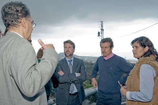 Carmen Luisa Castro, junto a Jesús Morales y Carlos Alonso, durante una visita a los barrancos. / DA