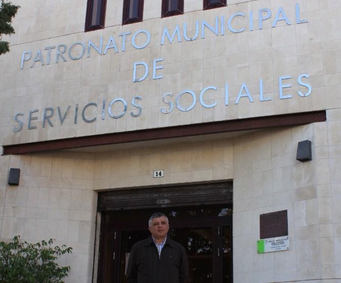 Juan Delgado, en la puerta del Patronato de Servicios Sociales. / DA