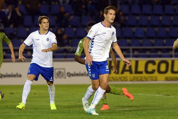 Jorge (derecha), en acción junto a Hugo Álvarez en el duelo ante el Sporting de Gijón. / SERGIO MÉNDEZ