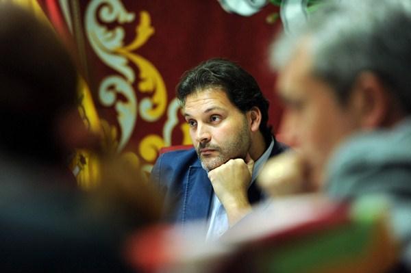 José Ángel Martín presidió ayer la comisión de control, la última por su parte antes de las elecciones. / F. P.