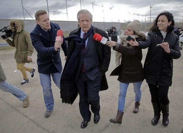 El abogado Javier Gómez de Liaño llega a la cárcel de Soto del Real (Madrid), el lunes. / REUTERS