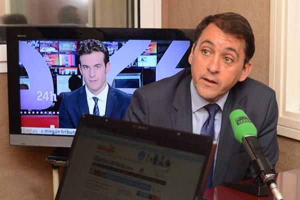 José Manuel Bermúdez, durante una visita anterior a los estudios de Teide Radio. | S. MÉNDEZ