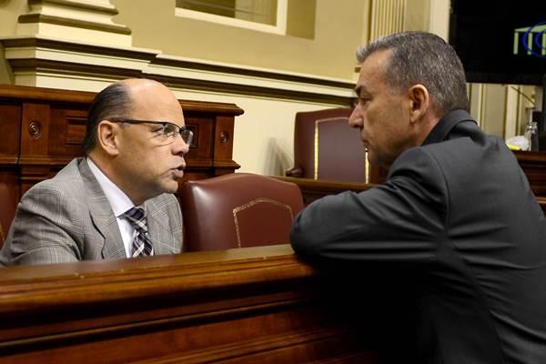 El portavoz del Grupo Nacionalista, José Miguel Barragán, conversa con Paulino Rivero. | SERGIO MÉNDEZ