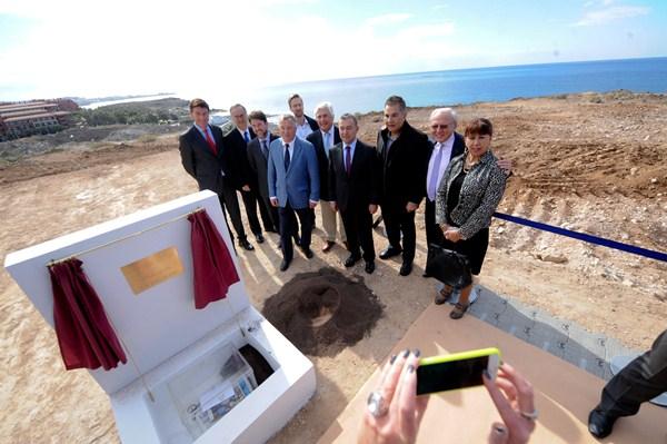 Autoridades y empresarios colocaron ayer la primera piedra del nuevo complejo. / FRAN PALLERO