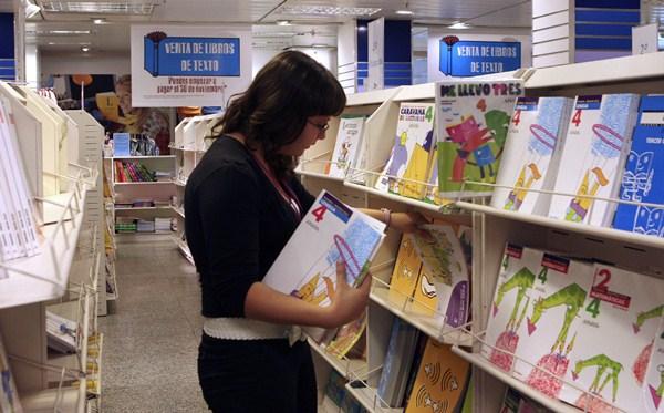 Los libros de texto se han convertido en un preciado bien para muchas familias del Archipiélago. / DA