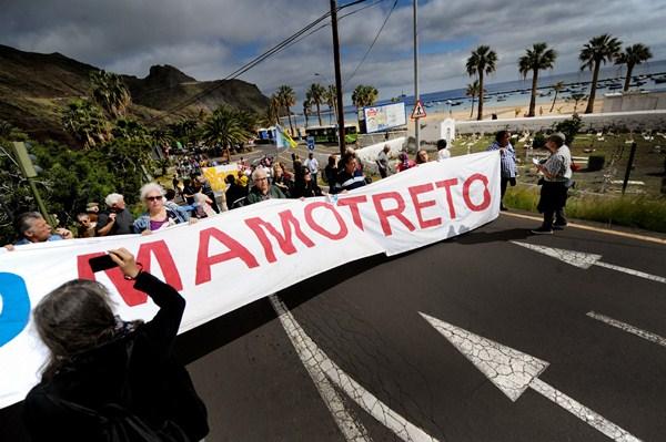 Manifestación a favor del derribo del mamotreto. / FRAN PALLERO