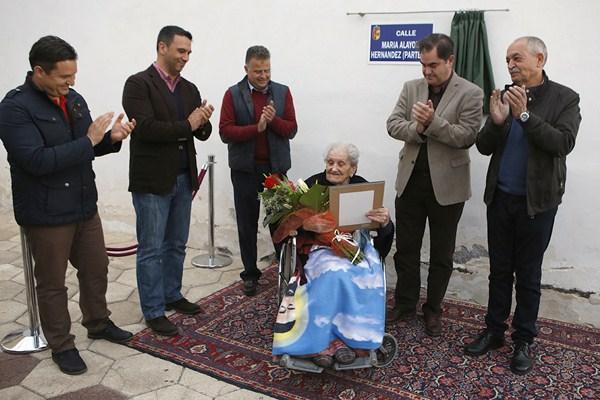 María Alayón, rodeada de autoridades municipales. / DA