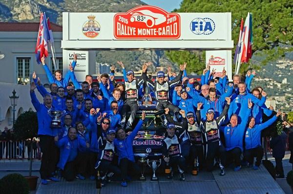 Ogier celebra con todo su equipo la victoria. / Volkswagen Motorsport