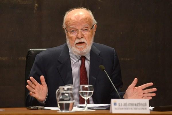 El magistrado emérito José Antonio Martín Pallín imparte una conferencia sobre la memoria. / SERGIO MÉNDEZ