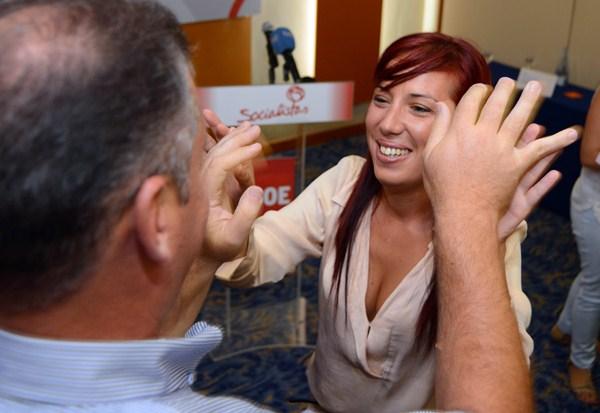 Patricia Hernández choca las manos con Manuel Fumero, en el proceso de las primarias. / SERGIO MÉNDEZ