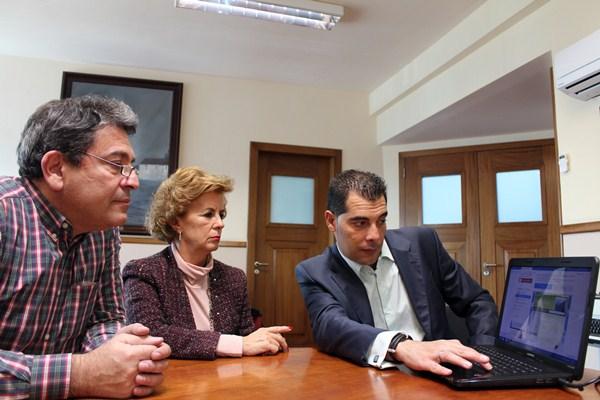 José Gumersindo García, María del Carmen Pérez y Alejandro Delgado, observando la plataforma digital. / DA