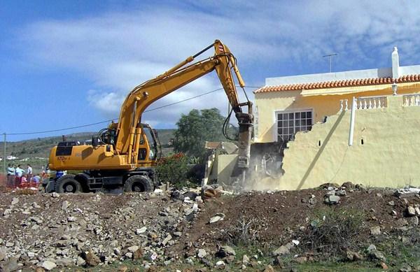 Labores de demolición de una vivienda ilegal en suelo rústico por orden de la Agencia de Protección del Medio Urbano y Natural en Tenerife. / DA