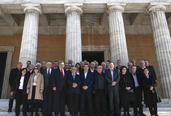 El Gobierno de Alexis Tsipras posa con las secretarias. / REUTERS