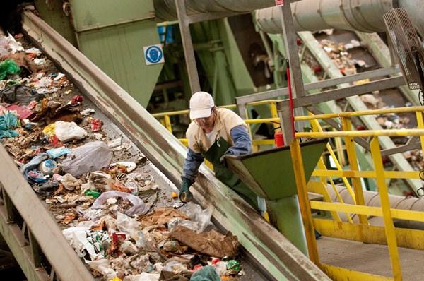 El consejero propone medidas para disminuir la cantidad de residuos que se generen. / F. P.