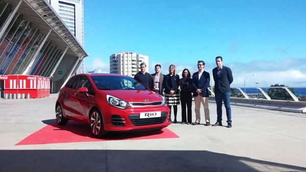Los responsables de Arimotor Tenerife y Kia Arimotor Canarias, junto al nuevo Kia Rio. / FRAN PALLERO