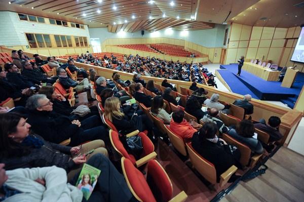 Alrededor de 150 padres participaron en el encuentro con los responsables de la ULL. / FRAN PALLERO