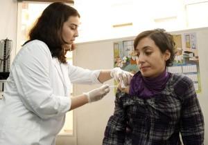 La vacuna se administra en una única dosis a embarazadas entre las semanas 28 a 36 de la gestación. /DA