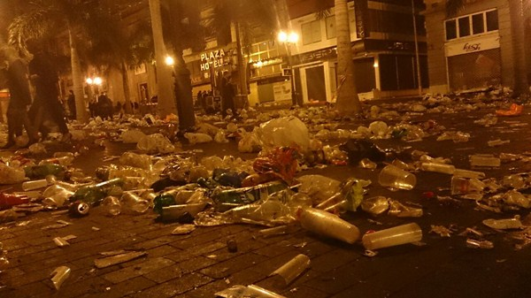 Estado en el que quedó la Plaza de España después de la fiesta de Fin de Año. / DA