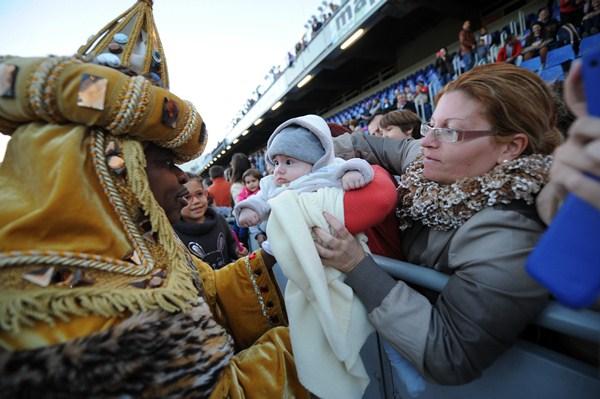 Los Reyes Magos en el estadio el año pasado. / F. P.