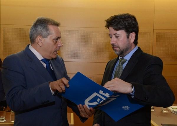El consejero de Empleo, Efraín Medina, y el presidente del Cabildo, Carlos Alonso. / DA