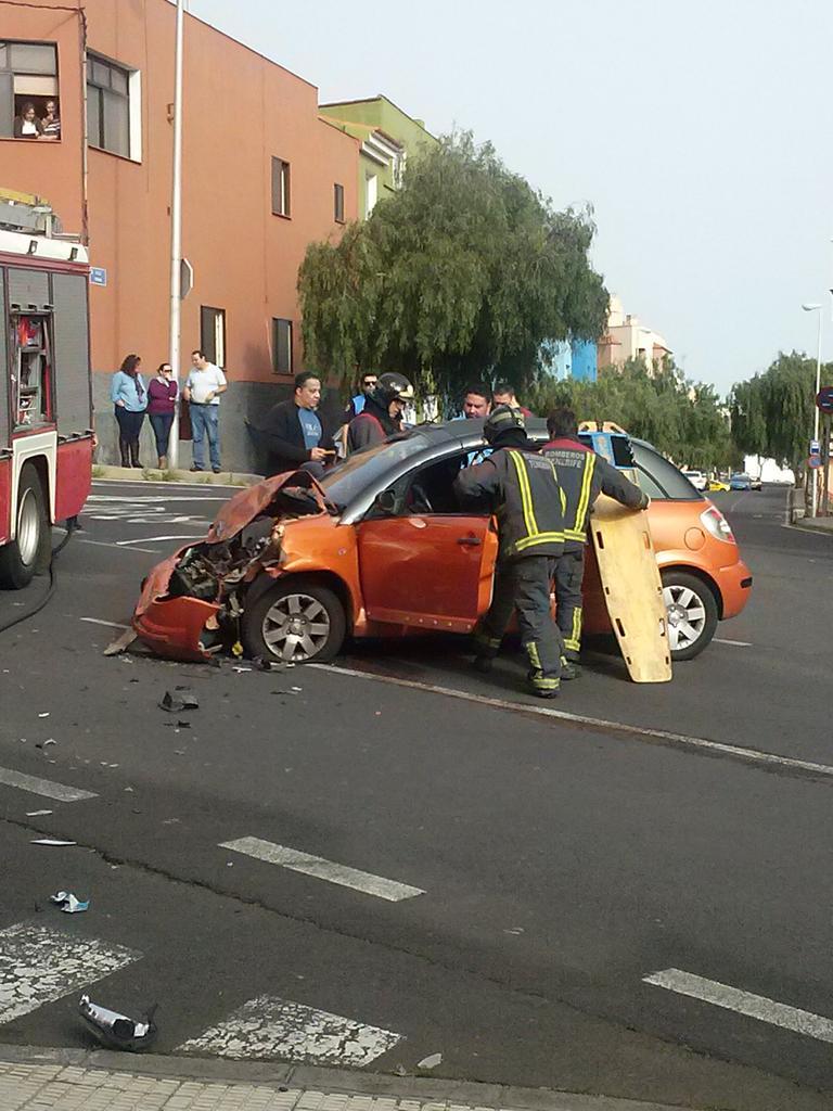 El aparatoso accidente provocó el vuelco del otro vehículo implicado./ Los Jardiner@s