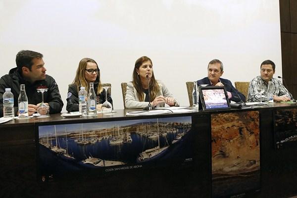 Candelaria Flores y Valentín González presentan la promoción. / DA