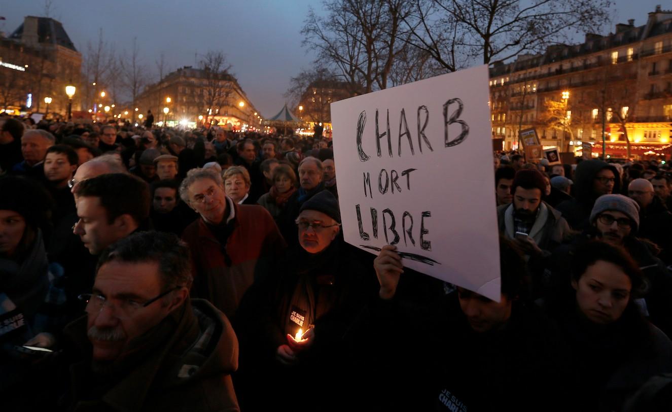 De forma espontánea o alentados por el Sindicato Nacional de Periodistas (SNJ) han salido a las calles parisinas para mostrar solidaridad con el semanario./ REUTERS