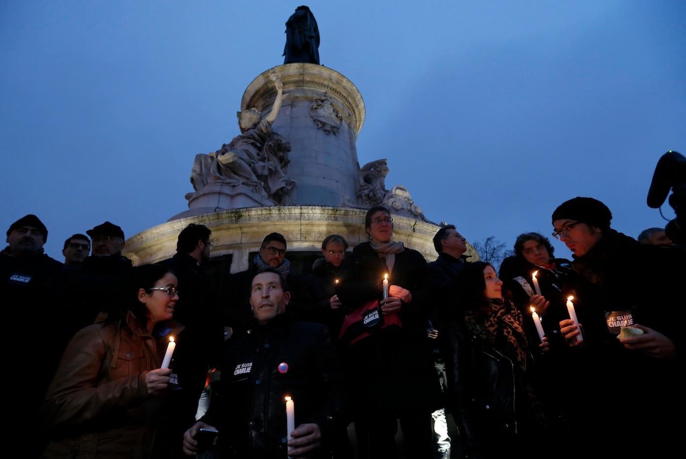 Miles de personas muestran su solidaridad con las víctimas./ REUTERS