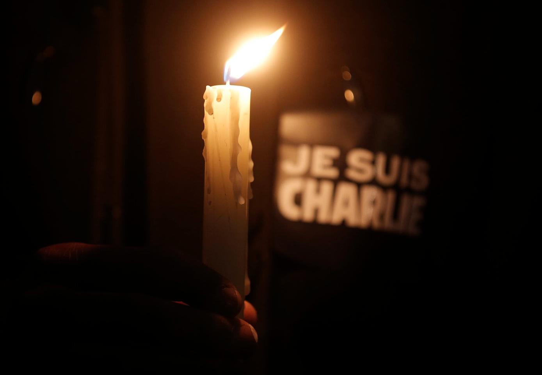 Velas y pancartas para mostrar solidaridad con las víctimas./ REUTERS