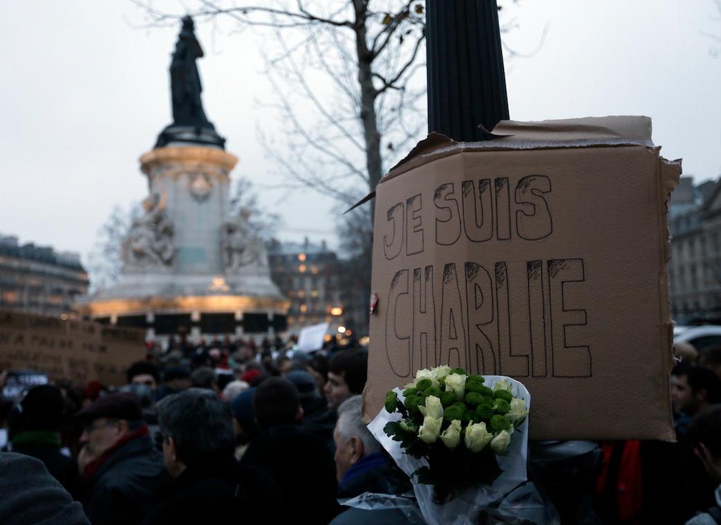 Miles de personas han secundado el llamamiento del Sindicato Nacional de Periodistas (SNJ) francés y han acudido este miércoles a la plaza de la República de París./ REUTERS