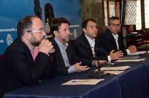 José Antonio Valbuena (i), Carlos Alonso, José Manuel Bermúdez y Dámaso Arteaga, ayer en el Cabildo. / DA