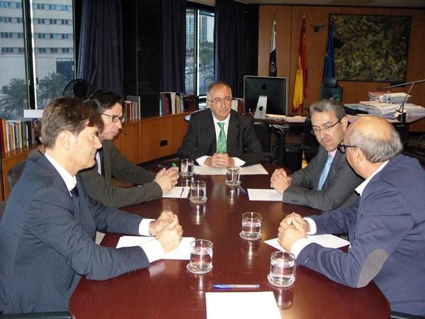 Spínola, ayer junto a los responsables de los colegios de Canarias. / DA