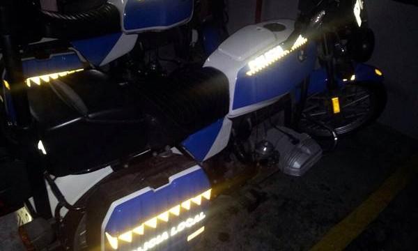 Se le cae el motor en plena Plaza del Charco a una moto de la Local