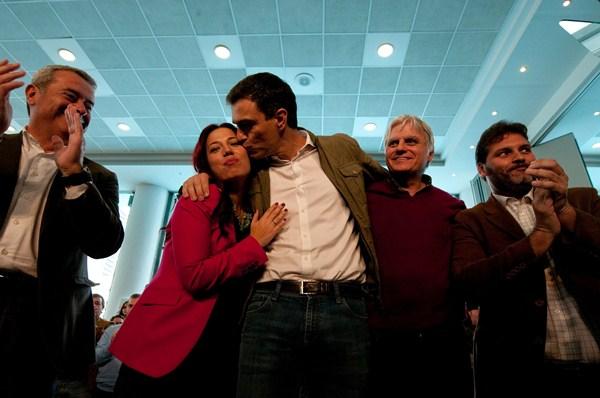 Patricia Hernández y Pedro Sánchez, junto a otros dirigentes socialistas, en el acto de ayer. / FRAN PALLERO