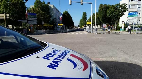 Una patrulla en el lugar del tiroteo al sur de París. | TWITTER