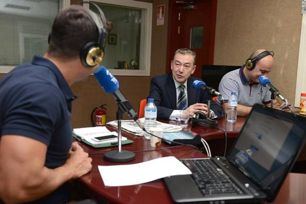 Paulino Rivero, ayer, en Teide Radio, entrevistado en el programa Despierta Tenerife. / SERGIO MÉNDEZ