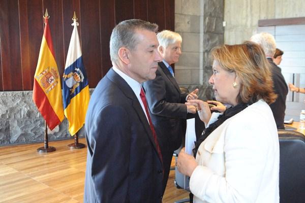 La consejera Paquita Luengo conversa con Paulino Rivero. / DA