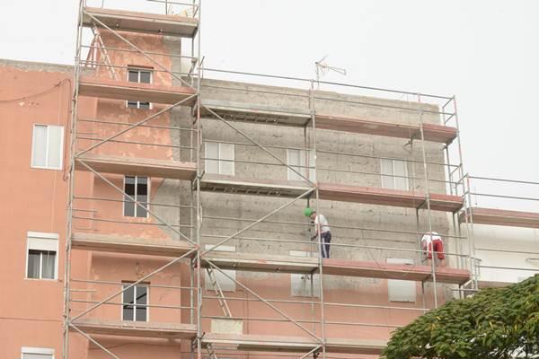 Los operarios ya trabajaban ayer en la fachada de las viviendas. | S. M.