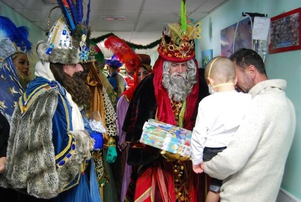 Los Reyes visitaron a los niños en el hospital. | EP