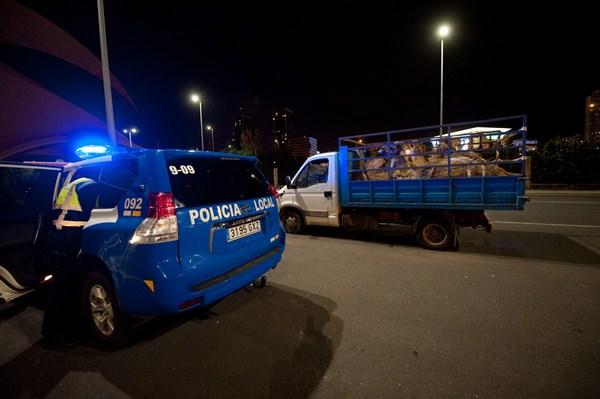 Imagen del control efectuado anoche por los agentes capitalinos tras llegar el barco. / FRAN PALLERO