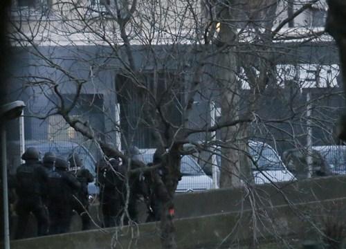 Un policía francés podría estar herido después de asaltar el supermercado judío. / REUTERS