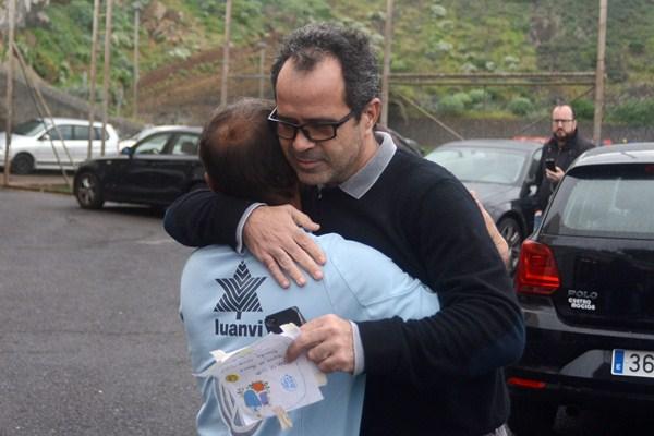 Álvaro Cervera se funde en un abrazo con un trabajador del club. / S. M.