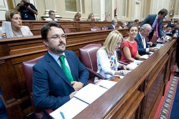 Asier Antona, junto a otros diputados del grupo del que es presidente, el Popular, durante un pleno del Parlamento de Canarias. / FRAN PALLERO