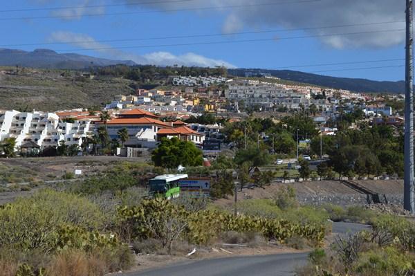 Mena afirma que CC no ha sabido responder a las demandas de los residentes en Chayofa . / J.L.C.