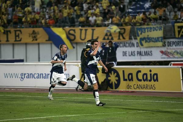 La temporada 08/09 fue un curso mágico, en el que los blanquiazules se impondrían en los dos derbis disputados para acabar ascendiendo a Primera División en Girona. / DA