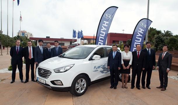 Autoridades con el Hyundai ix35 FCEV
